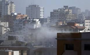 De la fumée se dégage àGaza, après qu'un missile israélien a frappé la ville, le 18 juillet 2014.