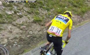 Le maillot jaune Christopher Froome victime d'un problème mécanique, le 24 juillet 2015.