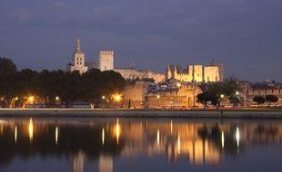 Même la nuit, il est impossible de manquer l'imposant Palais des Papes.