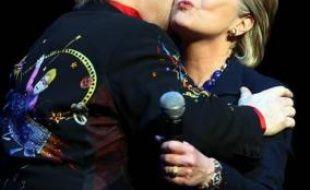 Le chanteur britannique Elton John a donné un concert mercredi soir à New York pour Hillary Clinton, et a rapporté 2,5 millions de dollars à la candidate démocrate à l'investiture pour la présidentielle 2008, selon les médias.