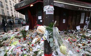 Nombreux hommages devant le Carillon, novembre 2015.