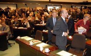 Le vote, diffusé en direct sur plusieurs chaînes de télévision, francophones et néerlandophones, est intervenu juste après que les députés francophones eurent quitté les lieux en signe de protestation.