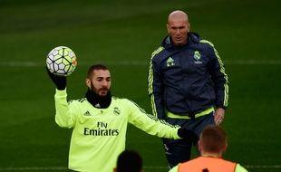 Zinédine Zidane derrière Karim Benzema à l'entraînement le 19 mars 2016.