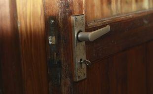 Une clé dans une porte. Illustration logement