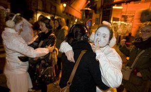 Avec les Pierrots de la nuit, la ville de Paris lance une initiative pour convaincre les fêtards de faire moins de bruit la nuit.