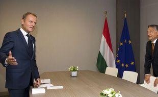 Le Président du conseil européen, Donald Tusk (à gauche) reçoit le Premier ministre hongrois Viktor Orban.