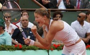 La Russe Dinara Safina s'est qualifiée pour la première finale de sa carrière à Roland-Garros en battant jeudi sa compatriote Svetlana Kuznetsova en deux sets 6-3, 6-2.