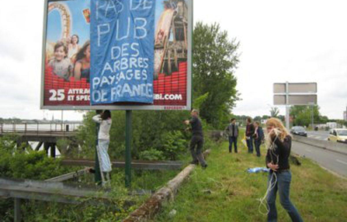 Des panneaux bâchés par des militants anti-pub. – Paysages de France