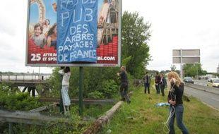 Des panneaux bâchés par des militants anti-pub.
