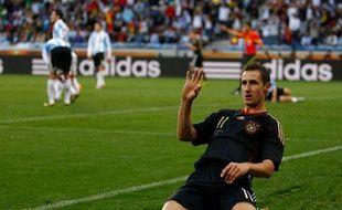 """""""Mein Name ist Klose et j'adore glisser sur les genoux et marquer des buts en Coupe du monde."""" Allemagne-Argentine, le 3 juillet 2010."""