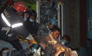L'équipe de secours nordiste GSCF, vient d'extraire un survivant des décombres, le mardi, à Katmandou.. AFP PHOTO / BIKASH KARKI
