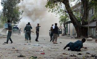 Une seconde explosion suit une attaque suicide devant une banque de Jalalabad, le 18 avril 2015
