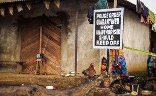 Une famille est placée en quarantaine à cause du virus Ebola à Port Loko, en Sierra Leone, le 22 octobre 2014.