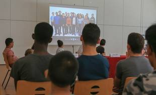 Présentation d'une vidéo pour la prévention de la radicalisation réalisée par les jeunes du Conseil des jeunes de la ville de Strasbourg. Strasbourg, quartier de la  Meinau le 28 aout 2017.