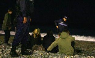 Des policiers s'entretiennent avec des jeunes le 4 décembre sur la plage de Nice dans le cadre du couvre-feu (Illustration)