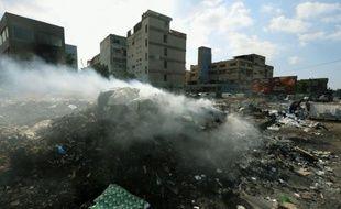 Une pile d'ordures brûle sur le bord d'une autoroute, le 28 septembre 2015 à Beyrouth, au Liban
