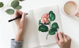 Une femme dessinant une fleur