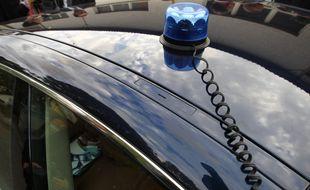 Une voiture de police avec gyrophare. (Illustration)