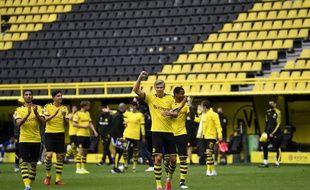 Les joueurs du Borussia Dortmund saluent les tribunes... vides, après leur victoire contre Schalke à huis clos le 16 mai 2020.
