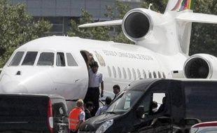 Il n'existe pas de vol commercial direct entre Moscou et Caracas, ni entre Moscou et Managua, ce qui signifie qu'il devra faire une escale dans un autre pays -probablement Cuba- qui devra donner son feu vert pour qu'il puisse repartir.