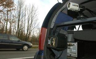 Un radar embarqué dans une voiture banalisée sur l'autoroute. Illustration