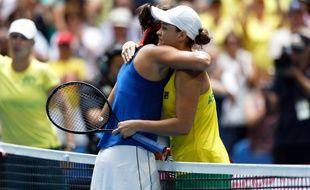 Ashleigh Barty n'a fait qu'une bouchée de Caroline Garcia lors du match 2 de la finale de Fed Cup entre l'Australie et la France.