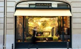 Moins de deux semaines après sa fracassante entrée au capital d'Hermès, les dirigeants de la maison ont appelé le patron de LVMH Bernard Arnault à s'en retirer, une option écartée par les analystes et qui laisse entrevoir une longue guerre de positions dans le monde feutré du luxe.