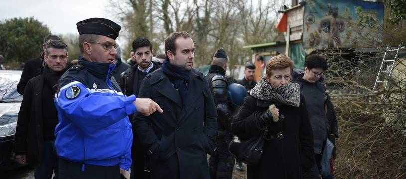 Sébastien Lecornu, secrétaire d'Etat à la Transition écologique, foule la RD281 sur la ZAD de Notre-Dame-des-Landes aux côtés de la préfète de Loire-Atlantique, le 21 mars 2018.