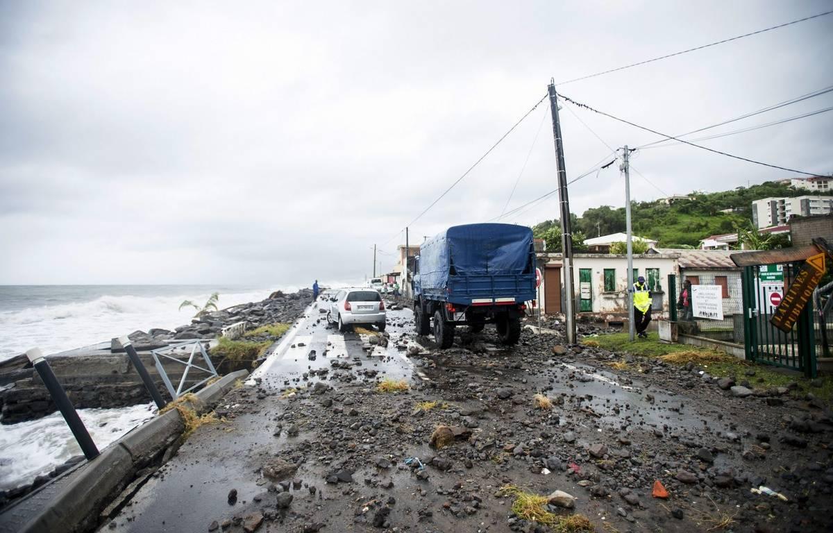 """L'ouragan Maria """"potentiellement catastrophique"""", s'éloignait mardi 19 septembre 2017 peu à peu des côtes de la Guadeloupe, après avoir fait des ravages en Dominique mais que peu de dégâts en Martinique. – AFP"""