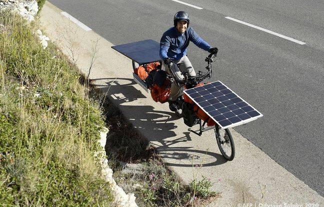 Jérôme Zindy et son fameux vélo doté d'un panneau solaire.