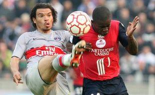 Le Parisien Ceara (à gauche), à la lutte avec le Lillois Mavuba, lros du match Lille - PSG de L1 du 12 avril 2009