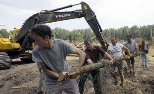 Des militants russes dressent une barricade pour empêcher les bulldozers d'accéder à la forêt de Khimki, le 19 juillet 2010, en Russie.