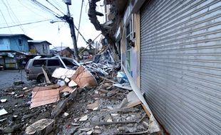 Un véhicule coincé sous les débris d'une école touchée par le séisme qui a frappé la ville de Surigao, aux Philippines, le 11 février 2017.