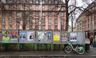 Strasbourg, le 29 novembre 2015 - Panneaux électoraux avec les neuf listes candidates aux élections régionales de 2015 en Alsace-Champagne-Ardenne-Lorraine.