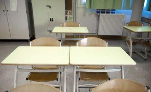 Une salle de classe dans un collège. Illustration.