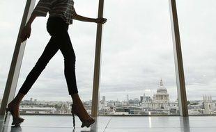 Une femme portant un jean slim lors d'un défilé de la Fashion Week de Londres en 2013