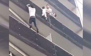 Un homme a escaladé la façade d'un immeuble à Paris pour sauver un enfant suspendu dans le vide.