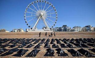 Amnesty international a monté le 22 avril 2015 une opération sur la plage de Brighton (Grande-Bretagne) pour dénoncer la situation des migrants décédés en Méditerranée