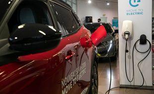 Un véhicule électrique branché sur une prise (Illustration).