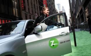 Une automobiliste utilise l'une des voitures du spécialiste de l'auto-partage Zipcar.