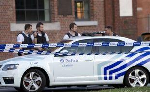 La police belge devant le lieu où deux policières ont été attaquées le 6 août 2016, à Charleroi, par un individu armé d'une machette.