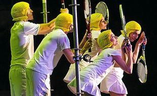 Une partie de tennis sur scène.