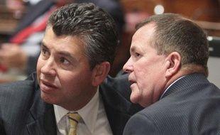 Les sénateurs américains Abel Maldonado (Santa Maria, à gauche), et Roy Ashburn (Bakersfield) lors d'un débat sur le budget de l'Etat, le 30 juin 2009.