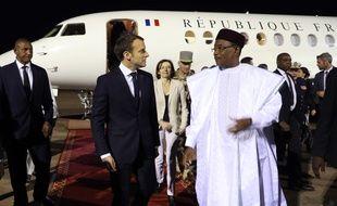 Emmanuel Macron accueilli par le président nigérien Mahamadou Issoufou à son arrivée à l'aéroport de Niamey, vendredi 22 décembre.