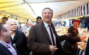 Nicolas Dupont-Aignan sur un marché à Paris, le 4 avril 2012.