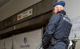 Un policier belge à l'entrée de la station de métro de Maelbeek, le 24 mars 2016 à Bruxelles