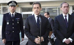 Nicolas Sarkozy, entouré de Pascal Lalle, directeur de la Sûreté des Bouches-du-Rhône (à gauche), et du ministre de l'Intérieur, Claude Guéant (à droite), le 8 décembre 2011, à Marseille.