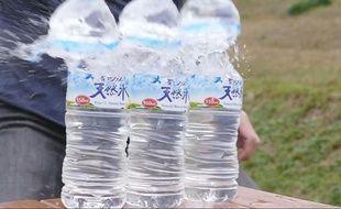 Des bouteilles d'eau passent un mauvais quart d'heure