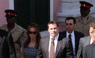John Travolta et sa femme, Kelly Preston, quittent le tribunal de Nassau, aux Bahamas le 30 septembre 2009, après que l'acteur a témoigné contre Tarino Lightbourn et Pleasant Bridgewater, qui ont tenté de lui extorquer 25 millions de dollars après la mort de son fils Jett, en janvier dernier.