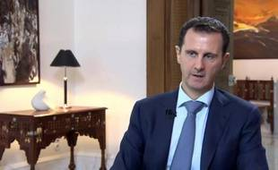 Image fournie par la présidence syrienne, le 4 octobre 2015, du président Bachar al-Assad lors d'une interview à la télévision iranienne Khabar à Damas